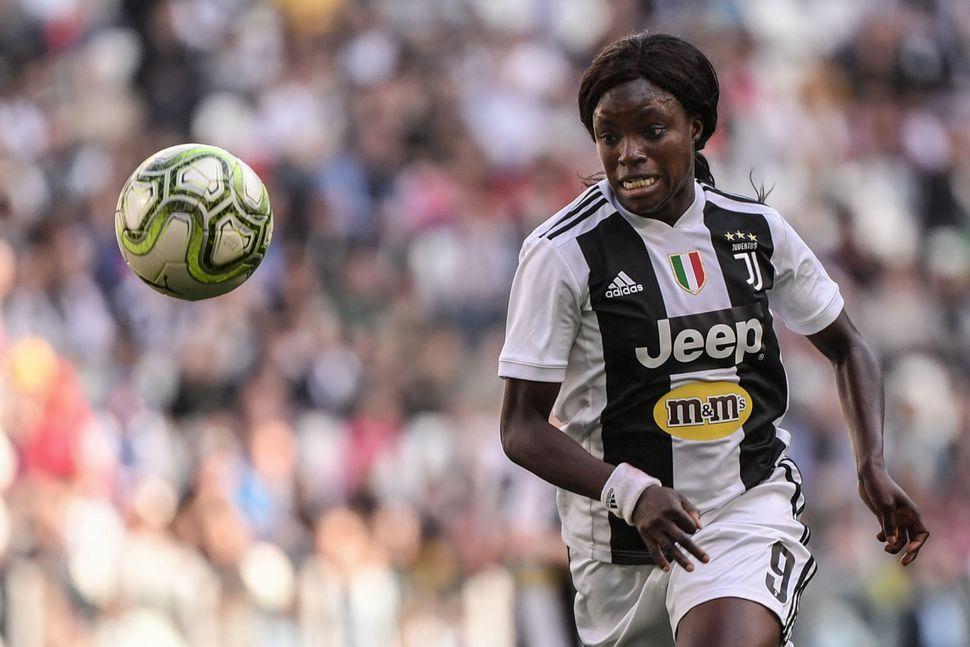 Juventus forward Eniola Aluko playing against Fiorentina Women's in March 2019.