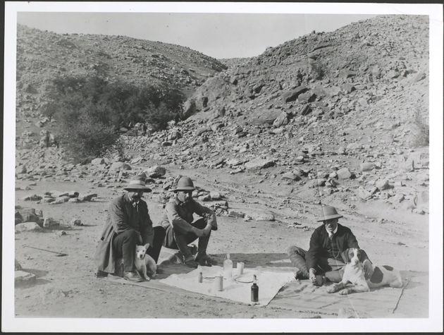 Pioneiros da mineração de petróleo em um piquenique perto de Masjid i-Suleiman na...
