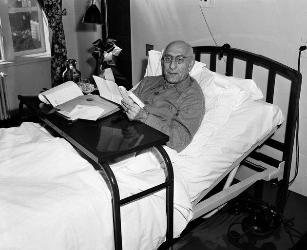 O primeiro-ministro Mohammed Mossadegh descansa em sua cama em 12 de outubro de 1951. Mossadegh foi nomeado...