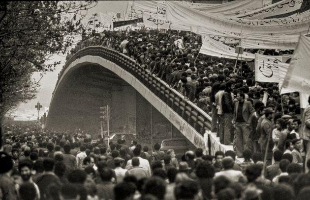 Uma multidão se reúne em Teerã para receber o aiatolá
