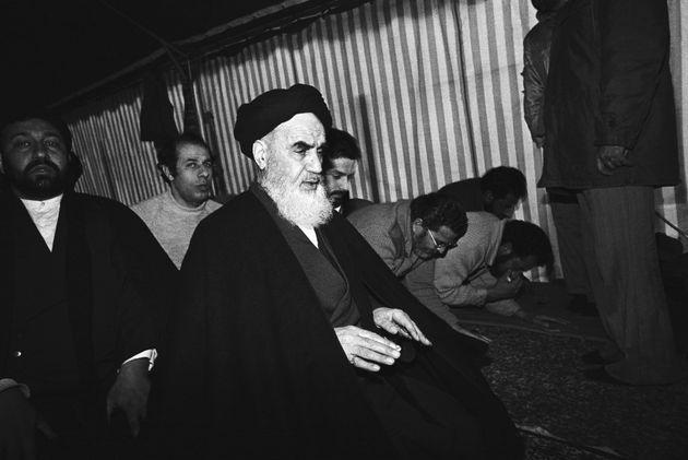 O aiatolá Ruhollah Khomeini lidera orações diárias em sua pequena vila perto...