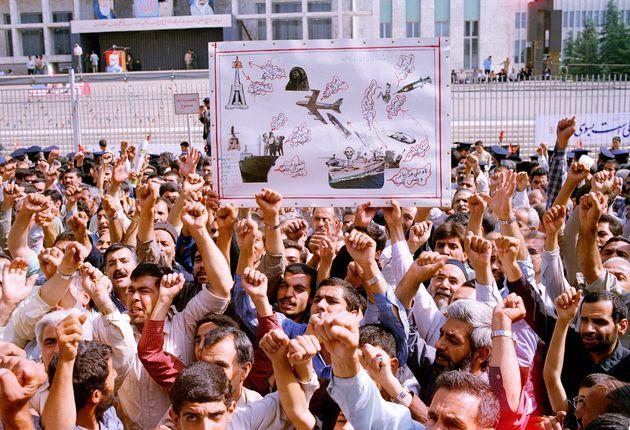 Milhares de iranianos cantando