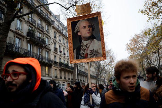 Image d'illustration - Une pancarte représentant Emmanuel Macron en Louis XVI, lors de la manifestation...
