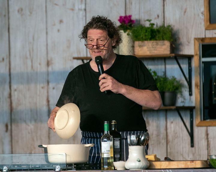 Ο Μάρκο Πιερ Γουάιτ μαγειρεύει ένα ριζότο κατά τη διάρκεια Φεστιβάλ στο Οξφορντσάιρ της Μεγάλης Βρετανίας.
