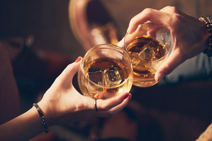 Devant mon mari, je buvais raisonnablement depuis notre mariage. Mais je complétais ma consommation d'alcool pré-sexe par une prise occasionnelle de Vicodin (plus difficile à déceler que l'alcool, et plus facile à cacher). (image d'illustration)