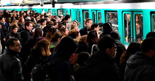 Des voyageurs sur un quai de la station Saint-Lazare à Paris le 7 janvier