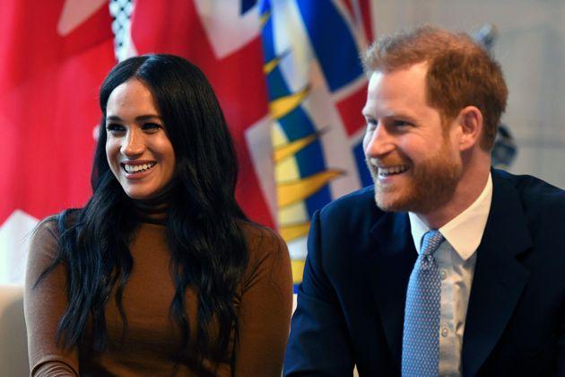 """Non più reali. Harry e Meghan rinunciano al loro status per l'""""autonomia finanziaria"""". La regina"""
