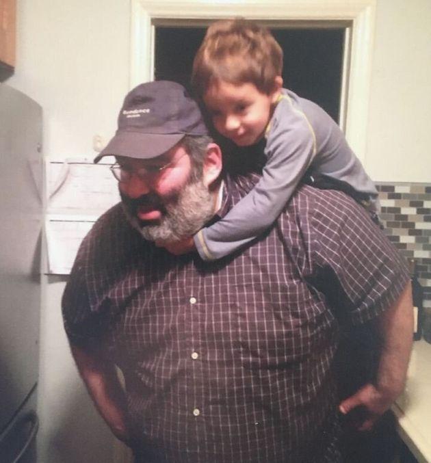Le frère de Michael J. Stern, Lee, posant avec le fils d'un ami en