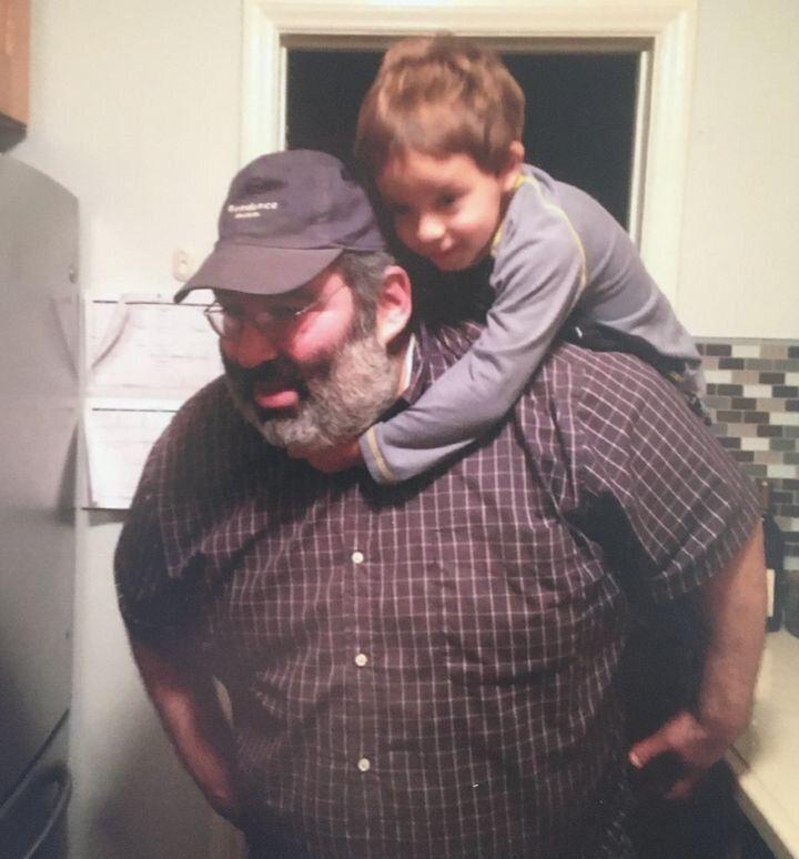 Le frère de Michael J. Stern, Lee, posant avec le fils d'un ami en 2012.