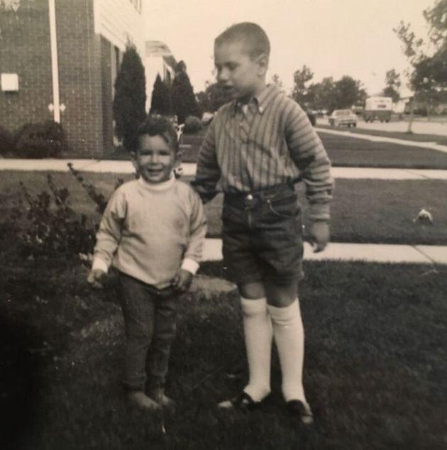 Stern (à droite) et son frère Lee (à gauche) devant leur maison d'enfance à Livonia, Michigan, en