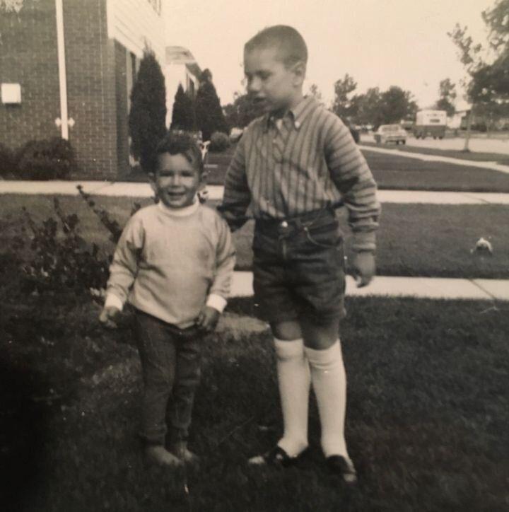 Stern (à droite) et son frère Lee (à gauche) devant leur maison d'enfance à Livonia, Michigan, en 1968.