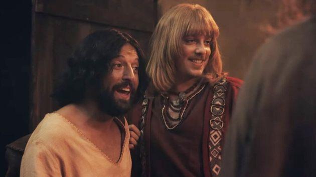 Gregório Duvivier (à esq.) como Jesus e Fábio Porchat (à dir.) como Orlando...