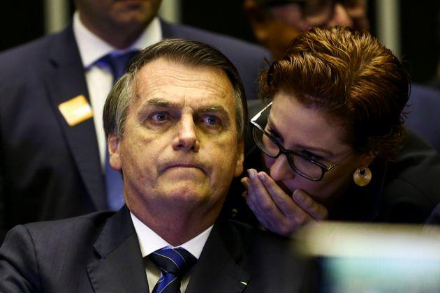 """Proposta de Carla Zambelli, Bia Kicis e Eduardo Bolsonaro cria crime de """"morte para imposição..."""