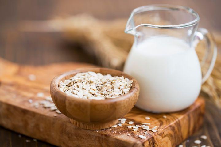 O leite de aveia é uma escolha bastante amiga do clima e tem baixo teor de gordura e proteína.