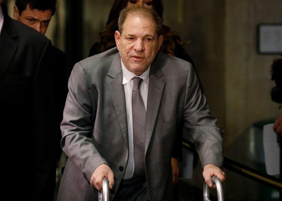 O produtor de cinema Harvey Weinstein chega ao fórum de Nova York, na terça-feira.