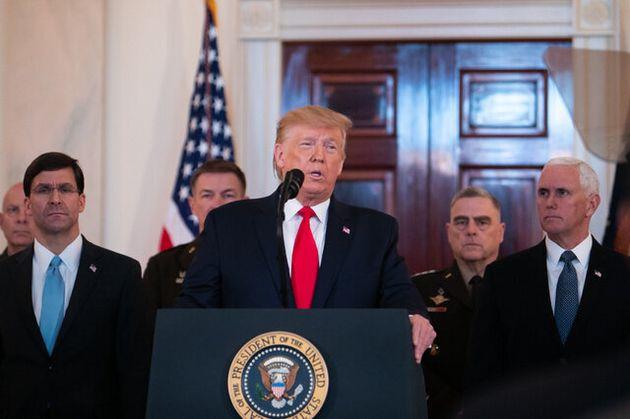 ホワイトハウスで声明を発表するトランプ大統領(中央)=2020年1月8日、ワシントン、ランハム裕子撮影