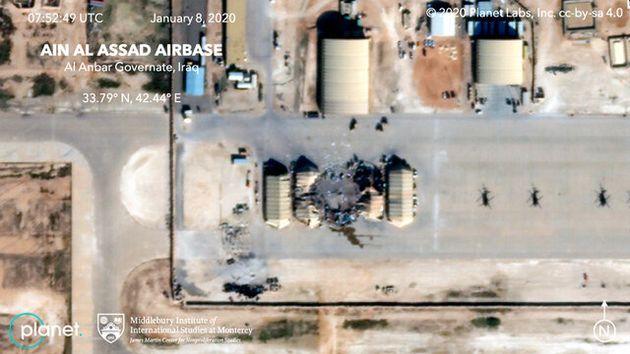 2020年1月8日に人工衛星から撮影された米軍が駐留するイラクのアサド空軍基地。イランのミサイル攻撃による被害が確認できる=米ミドルベリー国際大学院モントレー校と衛星ベンチャー・プラネットラボ提供、AP