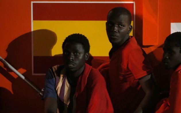 Un grupo de migrantes, recién llegado al Puerto de Málaga en un barco de rescate, el pasado...