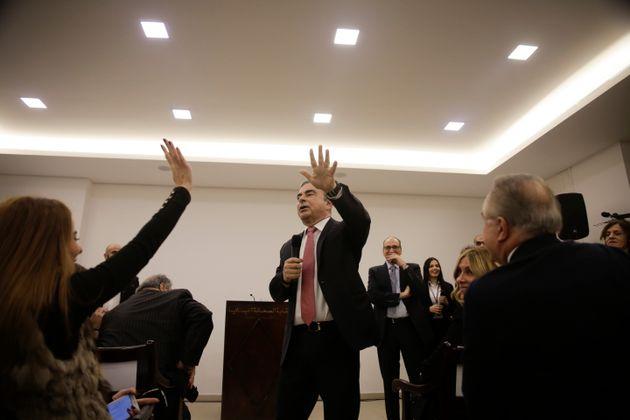 レバノンでの会見で記者の質問に答えるゴーン被告