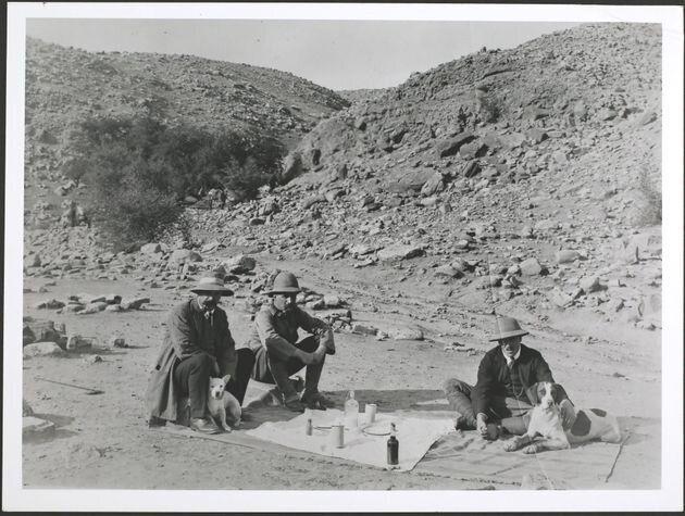 Extractores de petróleo de pícnic en Persia (Irán) con sus perros, alrededor de