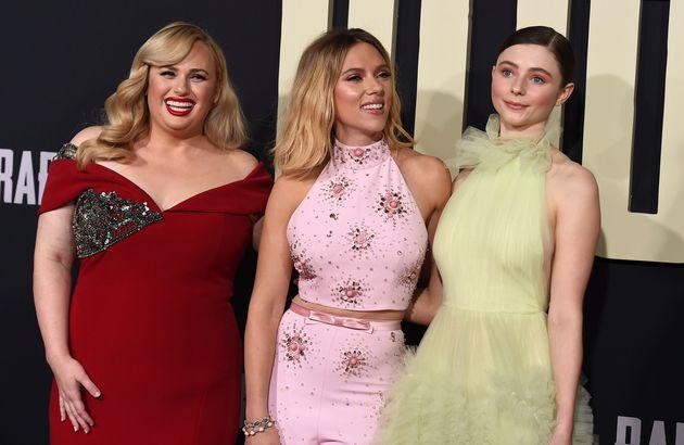 Rebel Wilson, Scarlett Johansson et Thomasin McKenzie à l'avant-première de