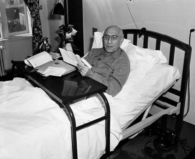 El primer ministro iraní Mohammad Mossadeq el 12 de octubre de 1951, descansando. Fue elegido democráticamente...