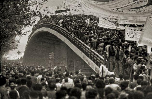 Una multitud de iraníes se concentra en Teherán para el regreso del ayatolá