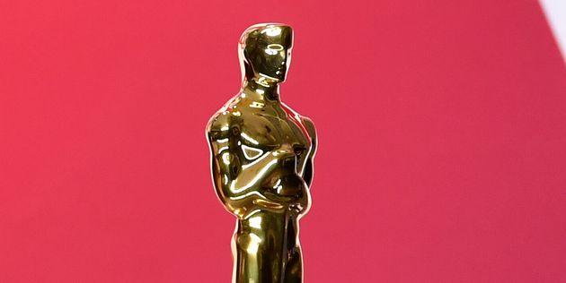 Regina King sosteniendo su Oscar el 24 de febrero de