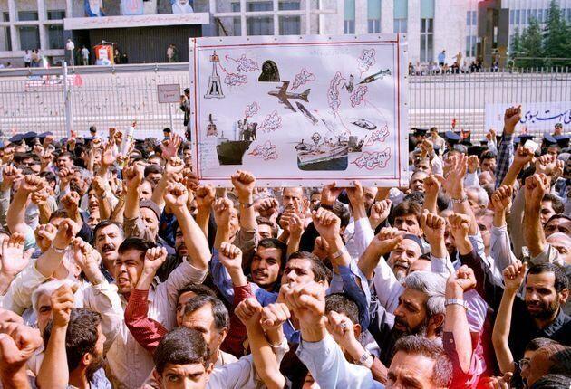 Miles de iraníes corean