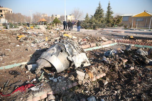 우크라이나국제항공 PS752편 여객기 추락 지점에 기체 잔해 등이 널려있다. 테헤란, 이란. 2020년