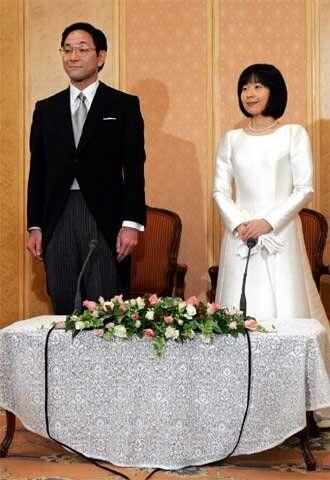 Yoshiki Kuroda y su esposa Sayako posan para los medios tras su