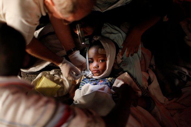 Un niño herido recibe atención médica en Puerto Príncipe, tras ser rescatado...