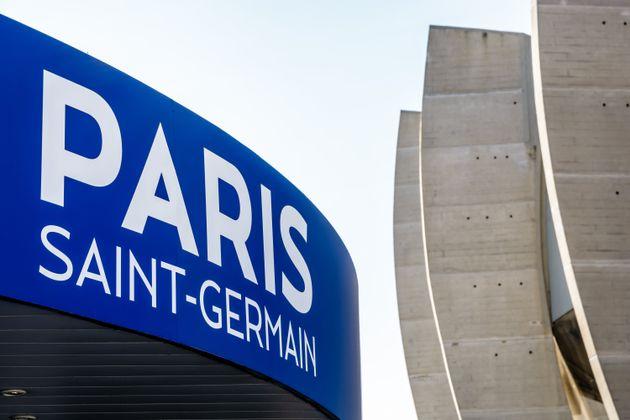 """Le PSG, leader de Ligue 1, a annoncé avoir """"doté son futur Training Center de deux..."""