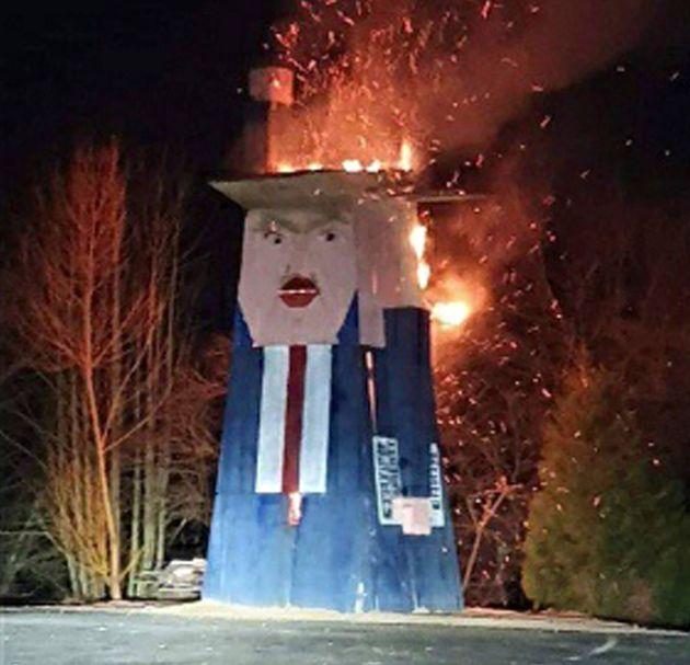 «Παρανάλωμα του πυρός» έγινε το ξύλινο ομοίωμα του Ντόναλντ Τραμπ στην πατρίδα της