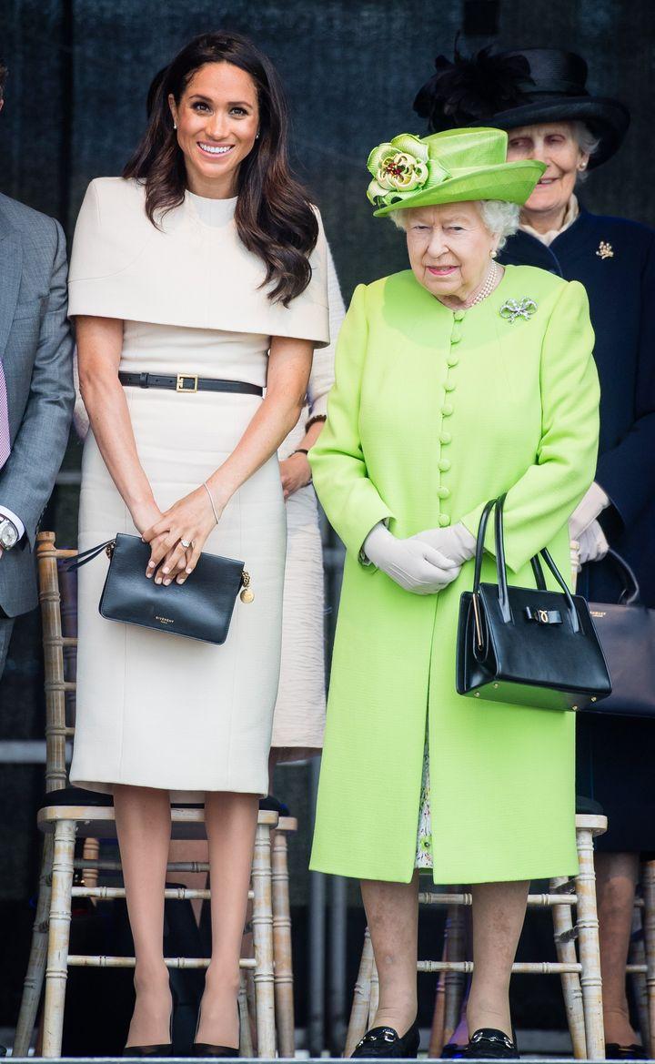 Η Μέγκαν Μαρκλ εμφανίστηκε πρώτη φορά μόνη της στο πλευρό της Βασίλισσας Ελισάβετ, 17 Ιουνίου 2018. Φόρεμα: Givenchy