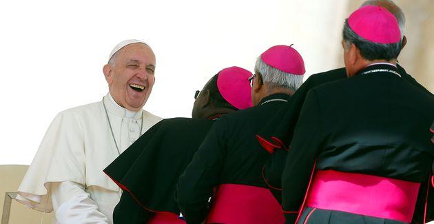 El papa Francisco saluda a los