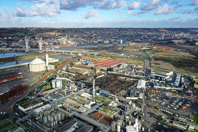 Une vue aérienne montre la zone industrielle de Rouen le 9 décembre 2019, avec l'incendie...