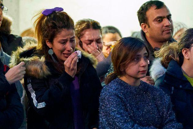 Familiares e amigos de vítimas que estavam no avião ucraniano choram em universidade no...