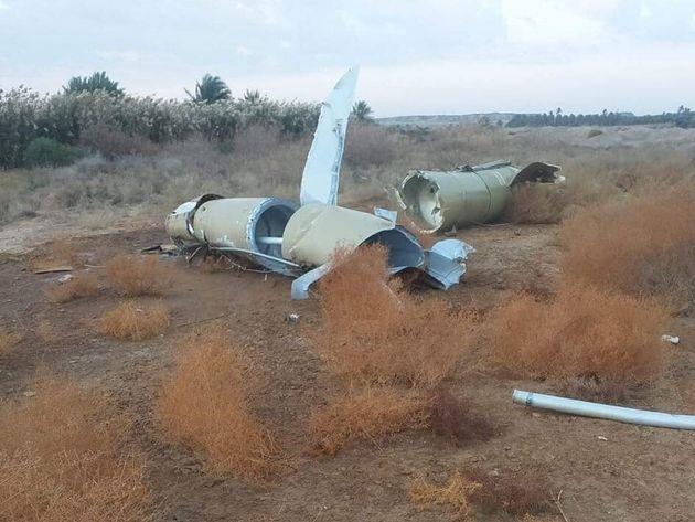 Partes de mísseis encontrados na área rural de Al-Baghdadi, no Iraque, depois do Irã...