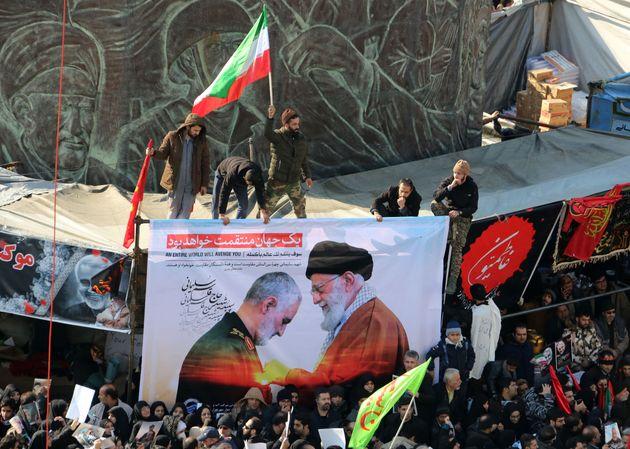 Funeral do general Qasem Soleimani, com imagem dele ao receber uma honraria do líder supremo do...