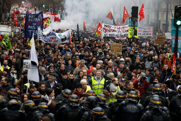 Des manifestants boulevard Magenta à Paris le 9 janvier