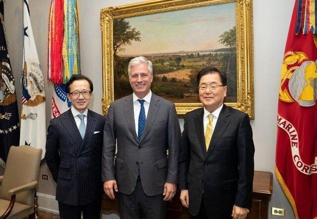 정의용 청와대 국가안보실장(오른쪽부터), 로버트 오브라이언 백악관 국가안보회의보좌관, 기타무라 시게루 일본 국가안전보장국장이 8일(현지시각) 백악관에서 한·미·일 고위급 안보 협의를...