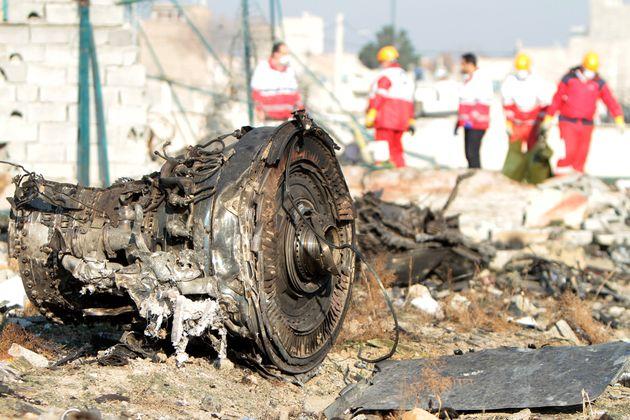 ウクライナ国際航空の旅客機が墜落した現場で行われたレスキュー活動(テヘラン近郊で1月8日撮影)