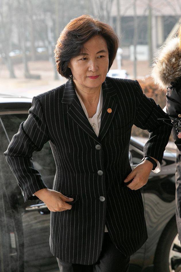 추미애 법무부 장관이 10일 오전 경기도 과천 법무부청사로 출근하고 있다.