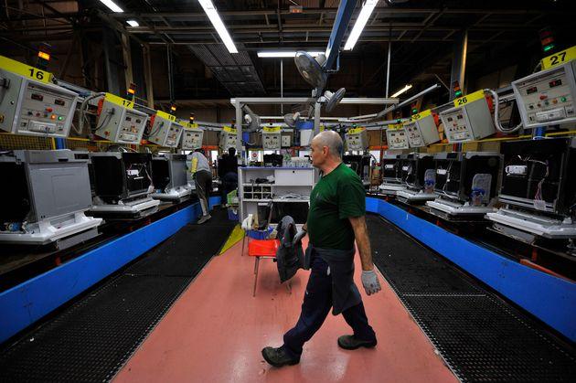 Un trabajador de la factoría de Fagor en Mondragón, en una imagen de
