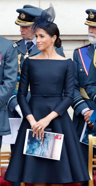 Η Μέγκαν Μαρκλ με φόρεμα Givenchy, στο Royal Air Force's 100th Αnniversary. Η Audrey Hepburn υπήρξε διάσημη μούσα του οίκου Givenchy.