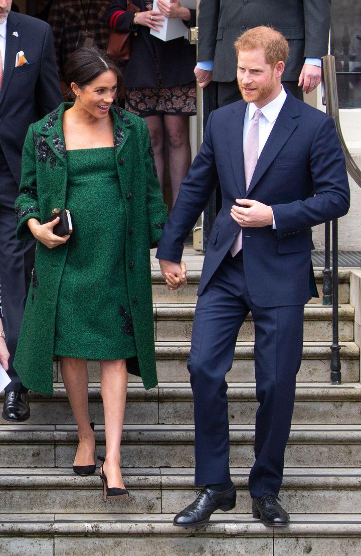 Η Δούκισσα του Σάσσεξ με φόρεμα και παλτό του οίκου Erdem στο Λονδίνο, 11 Μαρτίου 2019. Πολλοί το παρομοίασαν με αντίστοιχη εμφάνιση της πριγκίπισσας Νταϊάνα.