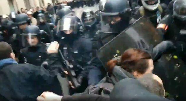 Sur ces images, très largement diffusées sur les réseaux sociaux, un policier semble ouvrir le feu à...