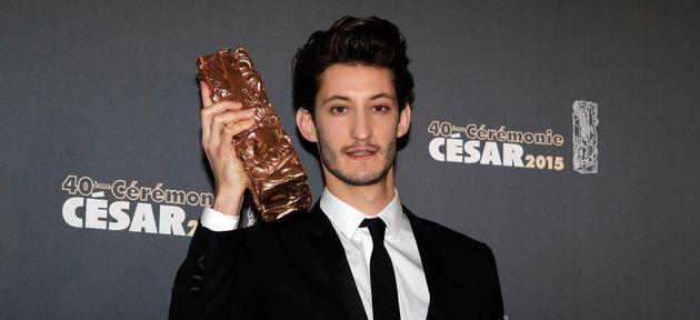 Pierre Niney posant avec son césar du meilleur acteur pour son rôle dans