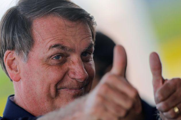 O presidente do Brasil, Jair Bolsonaro, cumprimenta
